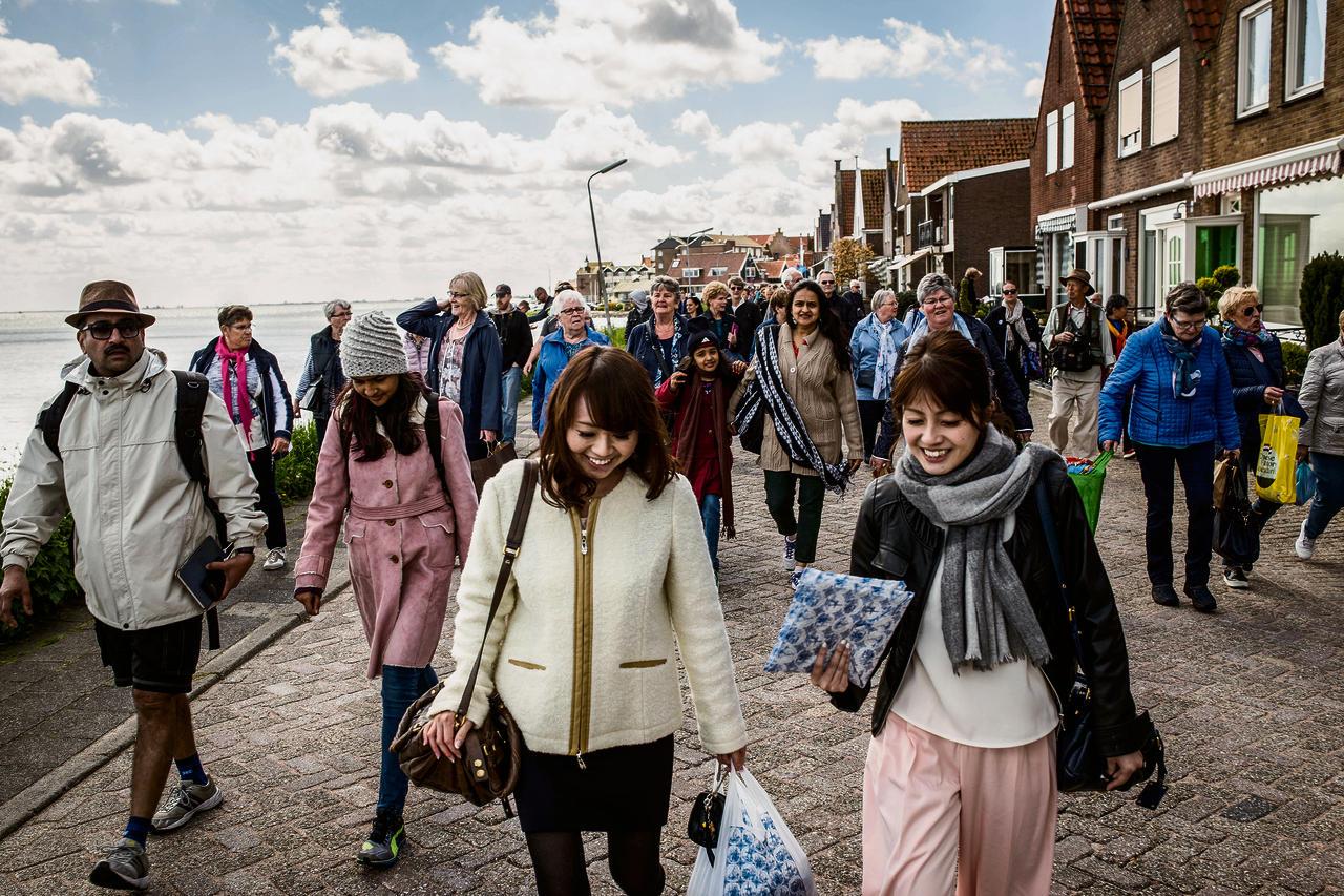 Volendam wil geen selfieparadijs zijn nrc - Tafel klik clac huis van de wereld ...