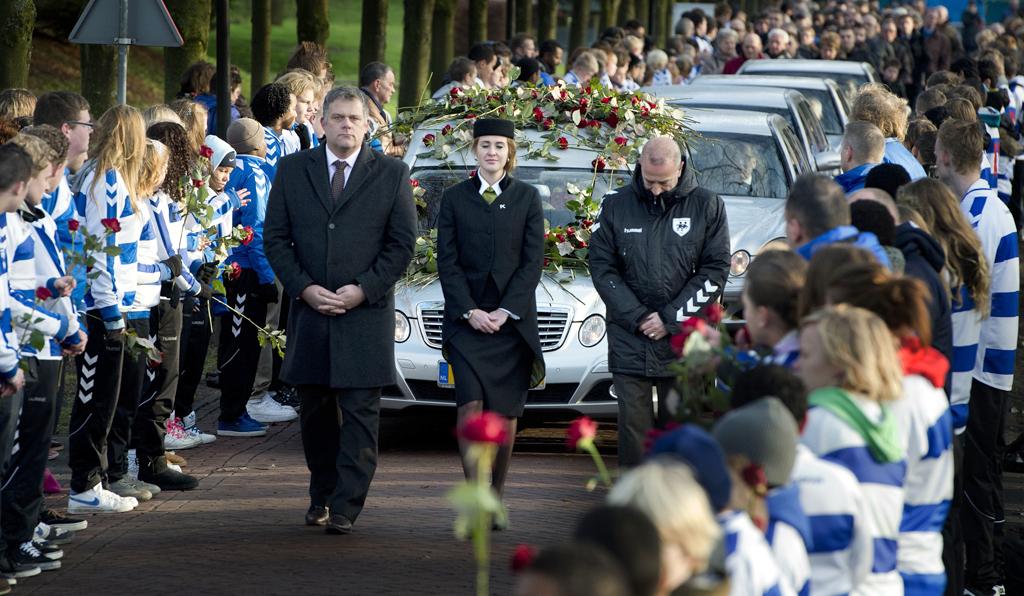 De auto met daarin het lichaam van de omgekomen grensrechter Richard Nieuwenhuizen rijdt bij het crematorium door een erehaag van jeugdspelers van SC Buitenboys.