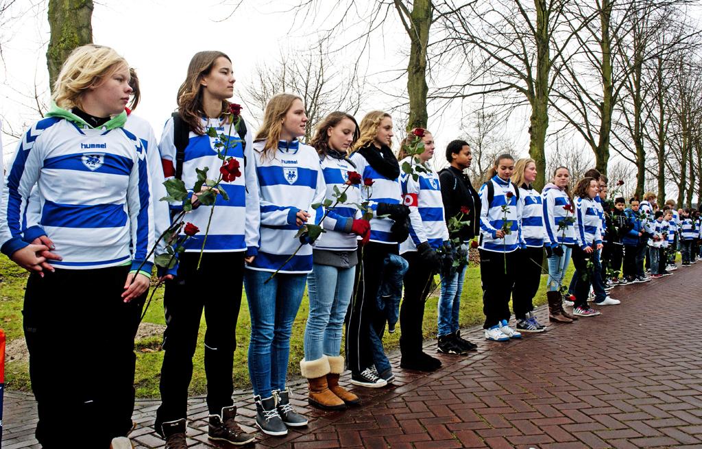 Clubleden van SC Buitenboys stellen zich op voor de erehaag, voor aanvang van de uitvaart van de overleden grensrechter.