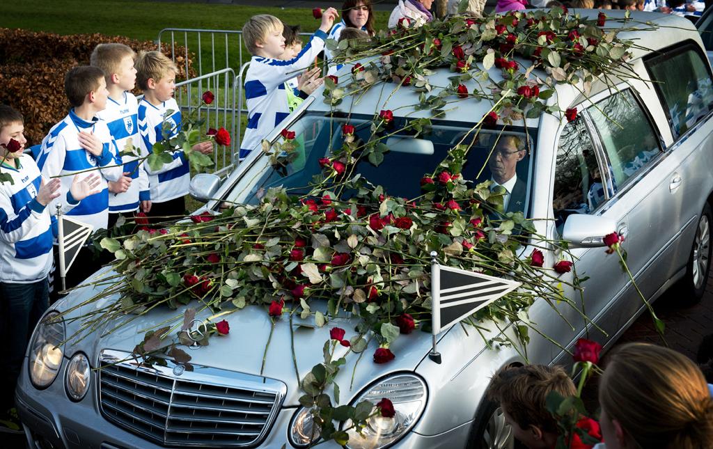Bij het crematorium staan de jeugdspelers van SC Buitenboys, allen gehuld in het blauw-witte clubshirt. Elke speler houdt een rode roos vast en legt die op de auto met daarin het lichaam van Nieuwenhuizen.