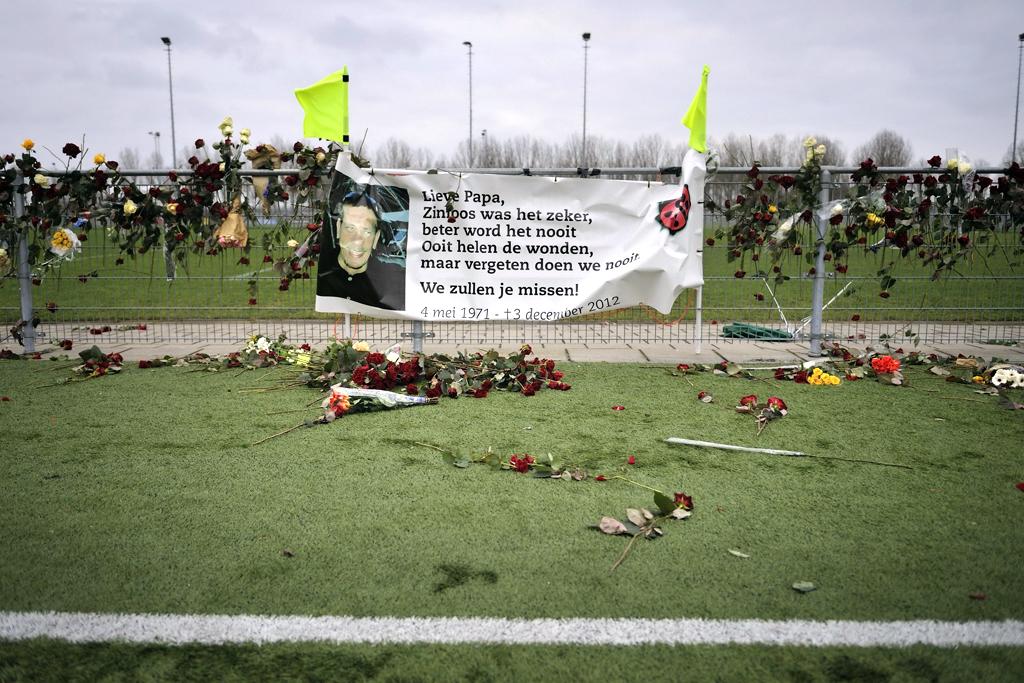 Een spandoek ter nagedachtenis aan de mishandelde grensrechter bij het voetbalveld van de Almeerse voetbalclub Buitenboys.