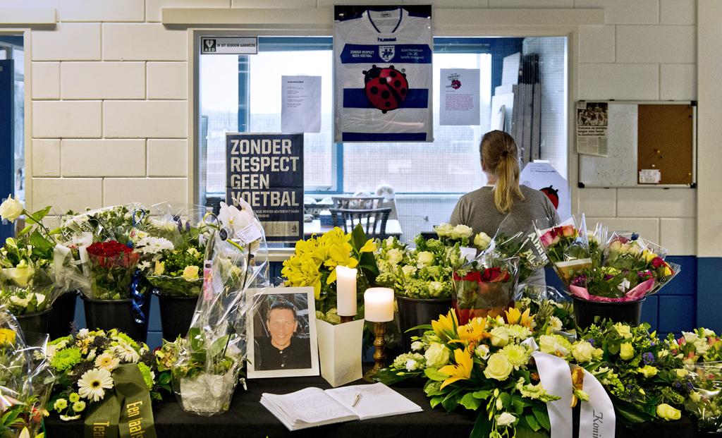 In het clubhuis van Buitenboys liggen veel bloemen en een condoleanceboek voor de overleden grensrechter.