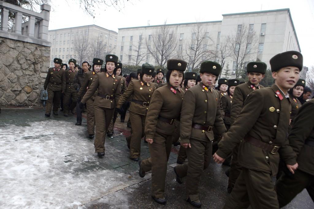Noord-Koreaanse soldaten verlaten de massabijeenkomst op het Kim II Sungplein in Pyongyang, Noord-Korea.