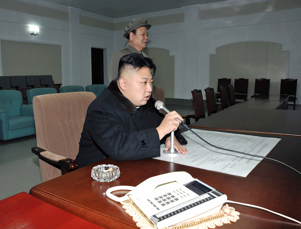 De Noord-Koreaanse leider Kim Jong-un geeft hier - vergezeld van een sfeervolle asbak en telefoon met eigen kleedje - de opdracht de langeafstandsraket te lanceren, eergisteren in het controlecentrum in Pyongyang.