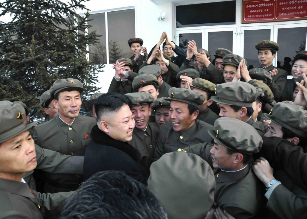 Twee dagen geleden lanceerde Noord-Korea een langeafstandsraket. Vandaag werd dat groots gevierd, hier eergisteren al: de Noord-Koreaanse leider Kim Jong-un met personeel van het controlecentrum in Pyongyang.