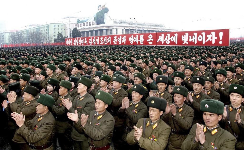 Noord-Koreaanse soldaten vieren vandaag eensgezind de succesvolle lancering van een langeafstandsraket door Noord-Korea. Op het Kim II-Sungplein in Pyongyang kwamen honderdduizenden Noord-Koreanen in de vrieskou bij elkaar om de lancering van afgelopen woensdag te vieren.