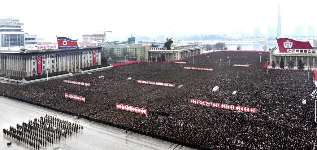 Duizenden mensen bij elkaar op het Kim II-Sungplein in Pyongyang.