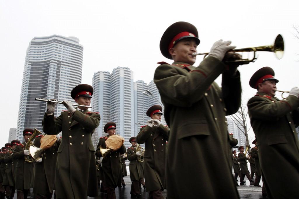 Dwarsfluiten, trompetten en andere koperblazers waren ook bij de vrolijke viering aanwezig.