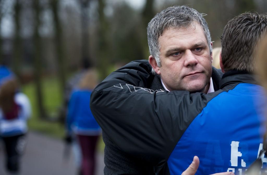 Voorzitter Marcel Oost van amateurvoetbalclub SC Buitenboys voor aanvang van de uitvaart van de overleden grensrechter.