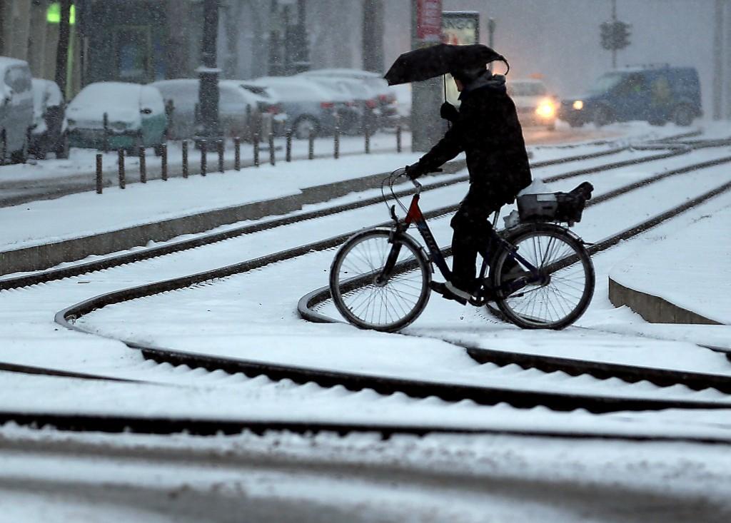 Een fietser baant zich een weg door de sneeuw in Keulen, Duitsland.