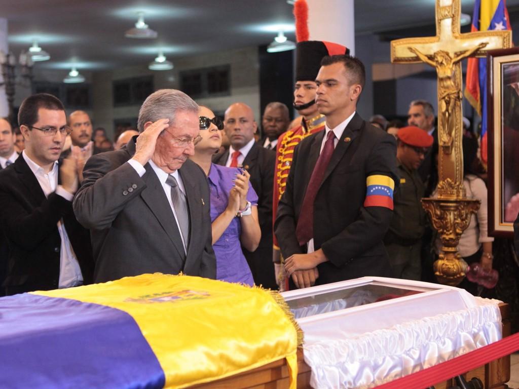 Cuba's president Raul Castro neemt afscheid bij de kist van de overleden Venezolaanse president Hugo Chávez.
