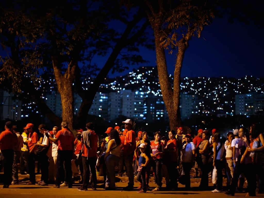 Aanhangers van Chávez in de rij om zijn opgebaarde lichaam te zien in Caracas.