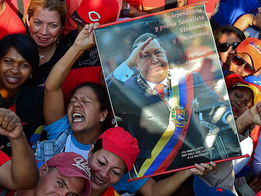 Aanhangers van de overleden president buiten tijdens zijn uitvaartdienst. Chávez wordt niet begraven, maar blijft nog enige dagen opgebaard en wordt dan gebalsemd.