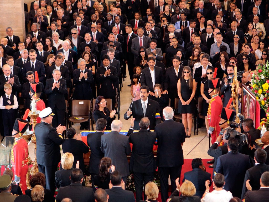 Vicepresident Maduro legt het zwaard op de kist van Chávez.