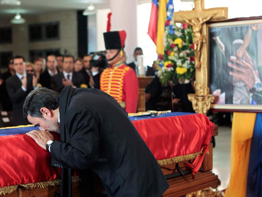 De Iraanse president Mahmoud Ahmedinejad bij de kist van Chávez.