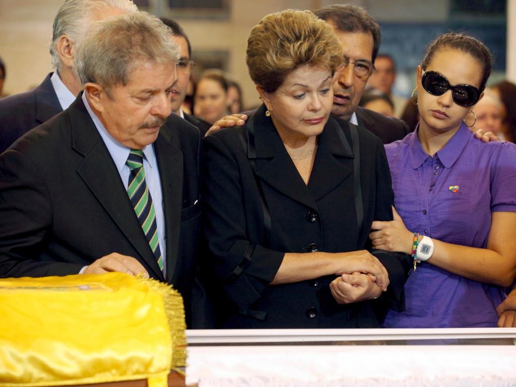 De Braziliaanse oud-president Luiz Inacio Lula da Silva (L), de Braziliaanse huidige president Dilma Rousseff (M) en Rosa Virginia, dochter van Hugo Chávez bij zijn kist.