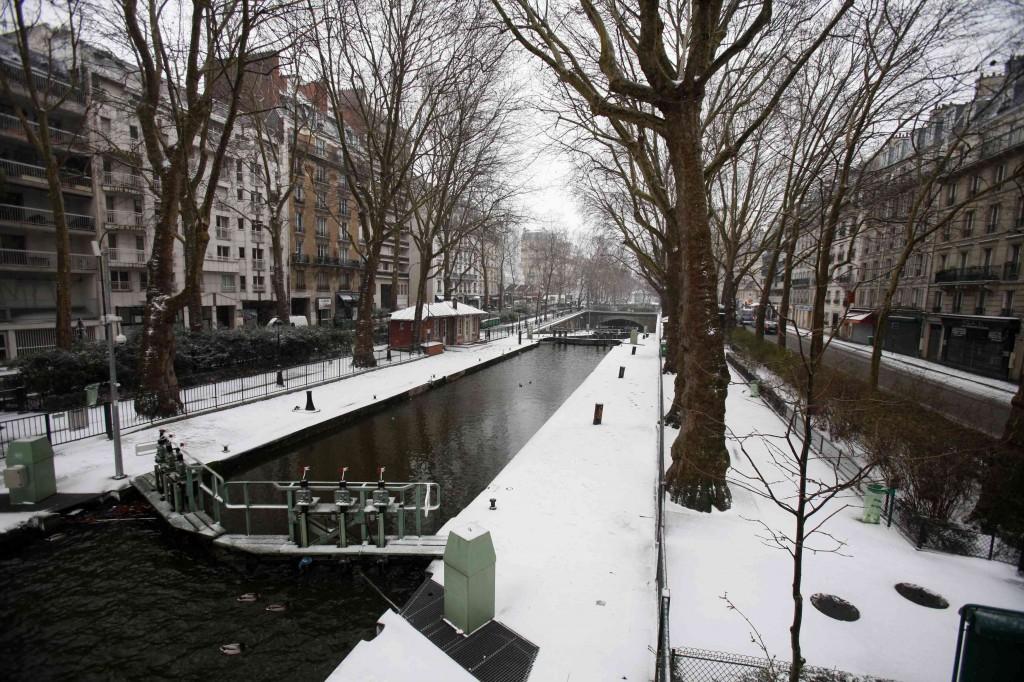 De besneeuwde oevers van het Canal Saint-Martin in Parijs.