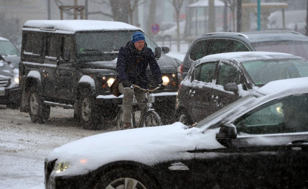 Een met sneeuw bedekte straat in Frankfurt, Duitsland.