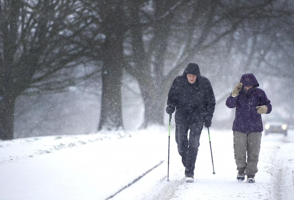 Een wandelaar in Limburg. Weggebruikers kunnen in Zuid- en Midden-Limburg tot en met de avondspits beter niet de weg op gaan als het niet hoeft. Het kan glad zijn. Bovendien kan de wind voor stuifsneeuw en de vorming van sneeuwduinen zorgen.