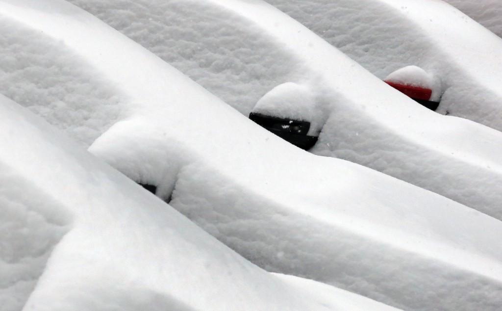 Ondergesneeuwde auto's in Düsseldorf, in het Westen van Duitsland.