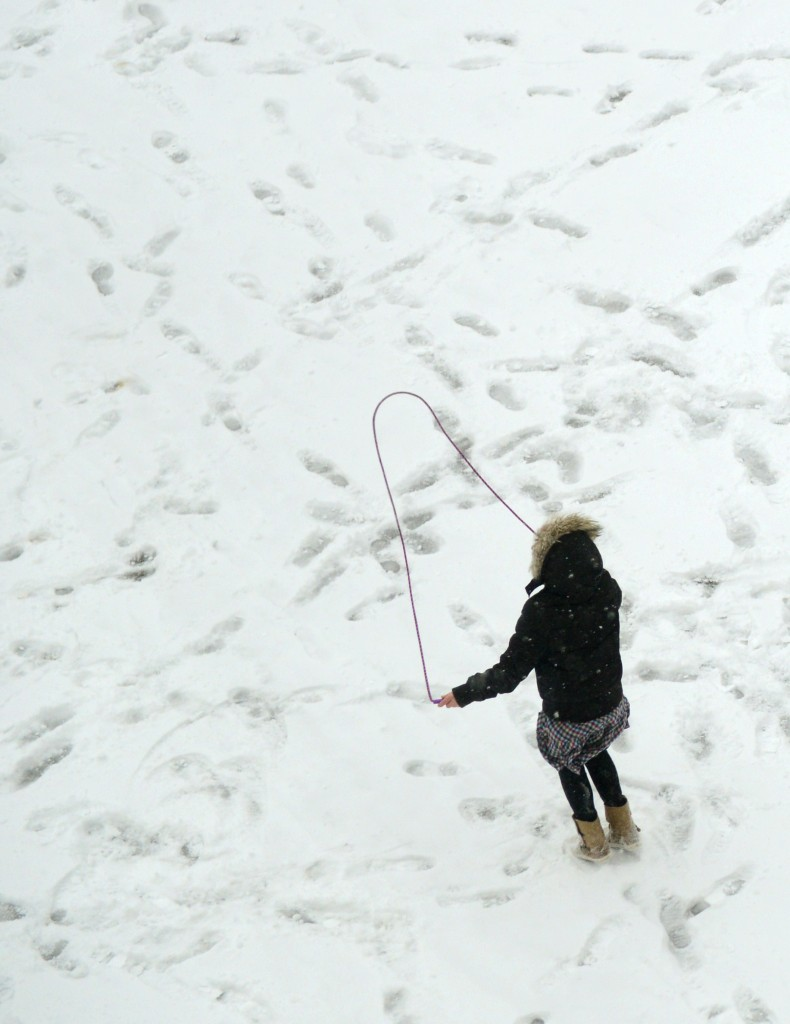 Dit touwtjespringende meisje in Essen, in het Westen van Duitsland, laat zich niet storen door de kou.