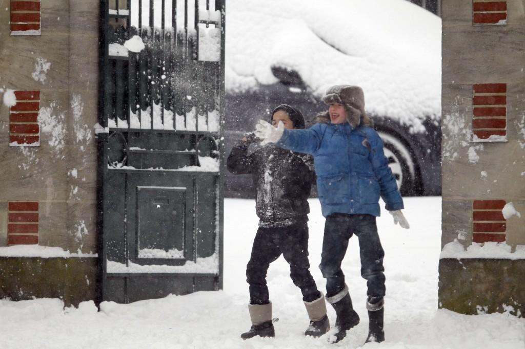 Deze kinderen in Caen, Noordwest-Frankijk vinden de late sneeuwval geen enkel probleem.