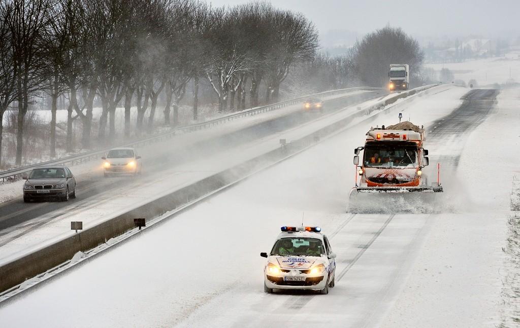 De ondergesneeuwde snelweg bij Godewaersvelde.