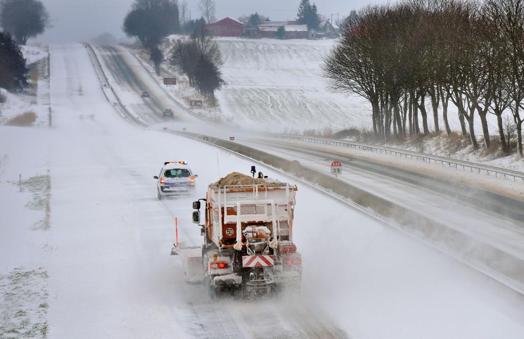 Sneeuw wordt verwijderd van een snelweg bij Godewaersvelde aan de Frans-Belgische grens. Door een zware sneeuwstorm vannacht zijn hier sneeuwduinen tot 60 centimeter hoog bij windvlagen van 100 kilometer per uur. Opmerkelijk weer voor deze tijd van het jaar. Bijna 500 auto's kwamen vast te zitten in het verkeer.