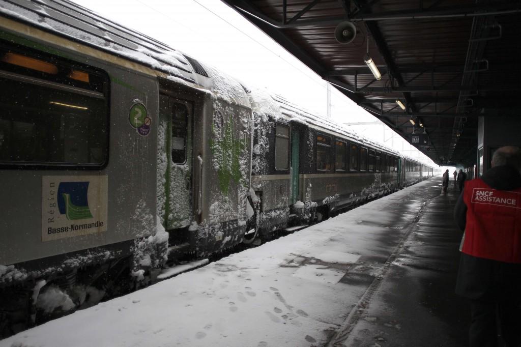 Een gestrande trein in Caen. De reizigers moesten de nacht in de trein doorbrengen.