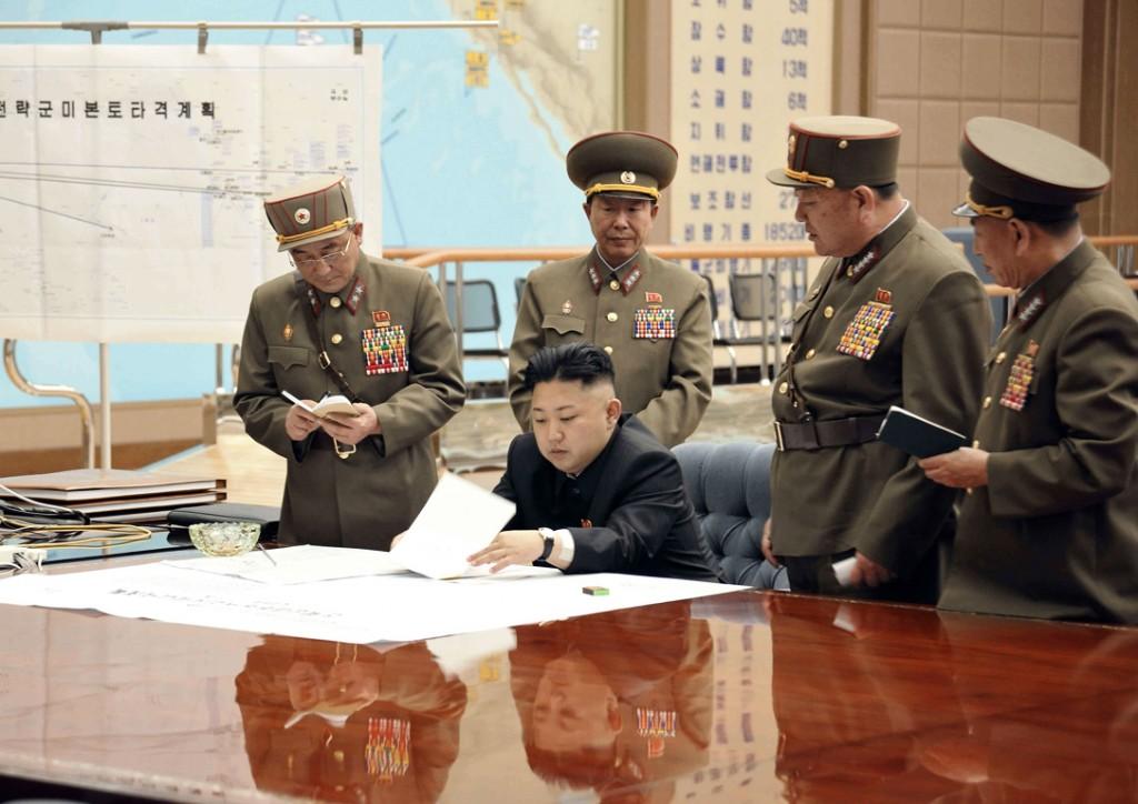 De Noord-Koreaanse leider Kim Jong-un zit een vergadering voor nadat de VS met twee bommenwerpers over Noord-Korea vlogen. Hij besloot daarop raketten standby te zetten voor een eventuele tegenaanval.