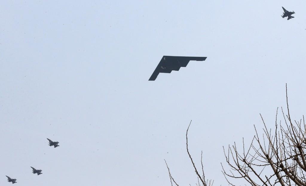 Een Amerikaanse B-2 bommennwerper vliegt over in Zuid-Korea. Noord-Korea zei vrijdag raketten te hebben klaargezet om 'ieder moment' Amerikaanse bases in Zuid-Korea en de Stille Oceaan aan te kunnen vallen nadat de VS met twee B-2-bommenwerpers langs Noord-Korea vlogen tijdens een militaire oefening.