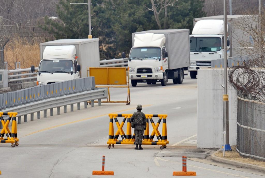 Zuid-Koreaanse trucks komen langs een checkpoint bij de gedemilitariseerde zone na een bezoek aan het Kaesong Industrieel Complex in Noord-Korea. Zuid-Koreaanse werknemers en vracht ging gisteren gewoon door ondanks bedreigingen over en weer tussen de landen. Noord-Korea dreigde onder andere de gemeenschappelijke industriële zone te sluiten.