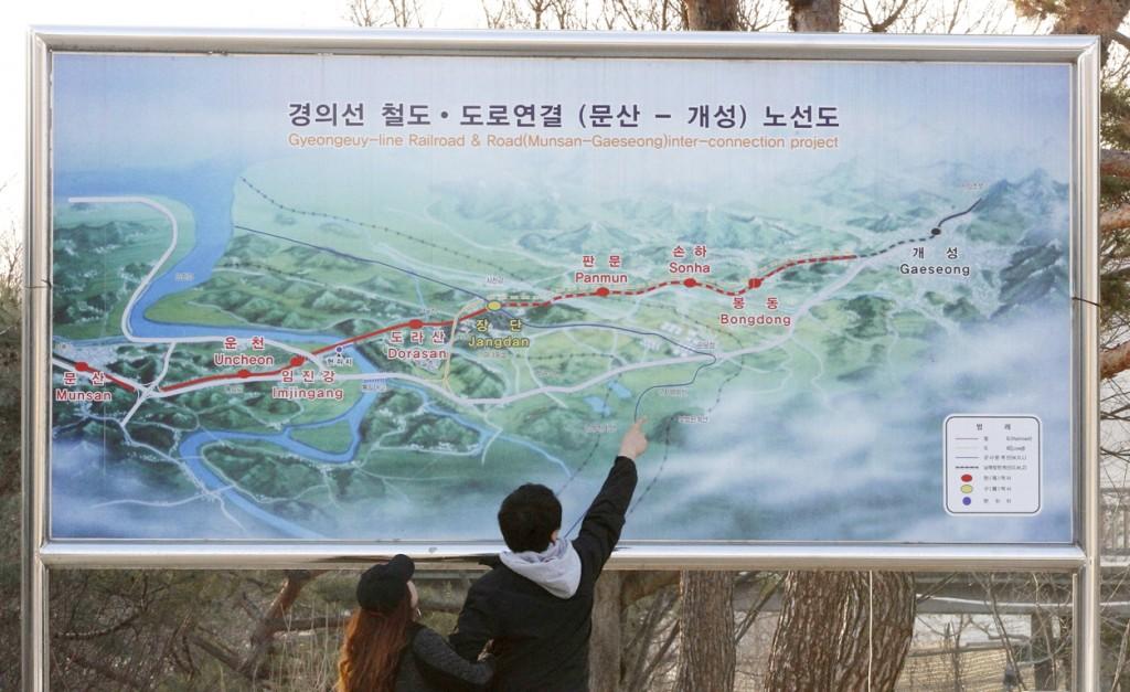 Op de kaart staat een spoorlijn getekend die de twee Korea's verbindt. In 2000 werd een verdrag getekend om de beide kanten van de lijn weer te verenigen.