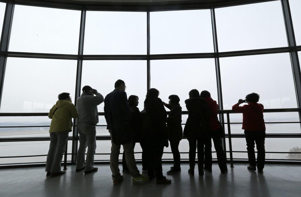 Bezoekers aan de Zuid-Koreaanse grens bekijken met verrekijkers het Noord-Koreaanse territorium aan de overkant.