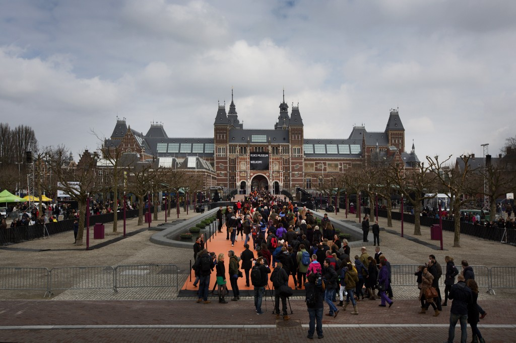 Direct na de opening stond er voor het Rijksmuseum een lange rij met mensen die graag naar binnen wilden.