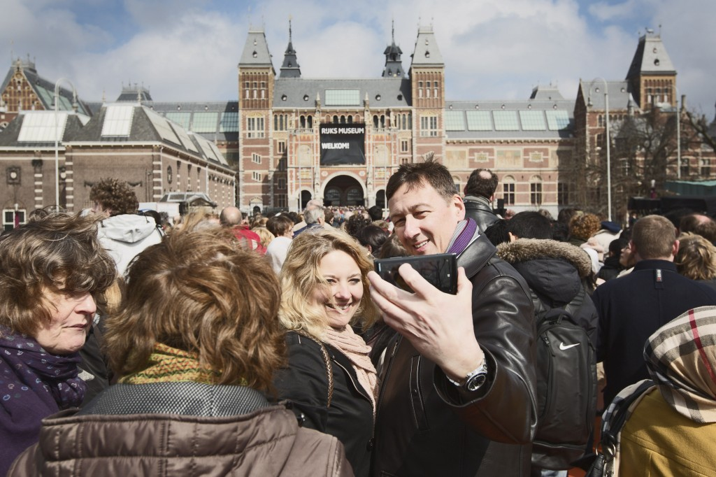 Een drukte van belang bij het Rijksmuseum; er zouden online al meer dan 75.000 kaartjes zijn verkocht.