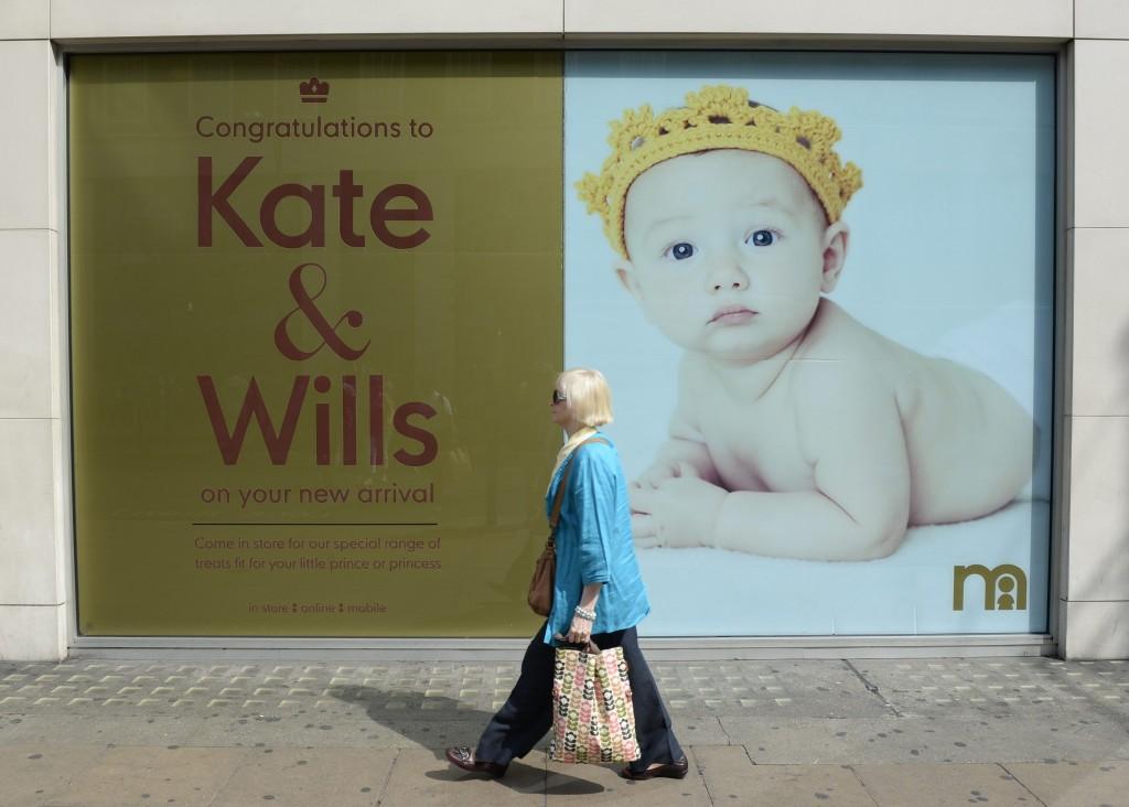 Een winkel van Mothercare feliciteert via een poster de geboorte van het nieuwe prinsje