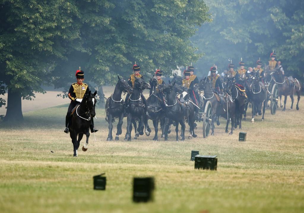 De King's Troop Royal Horse Artillery vertrekt nadat er 41 saluutschoten ter ere van de geboorte van de prins hebben geklonken