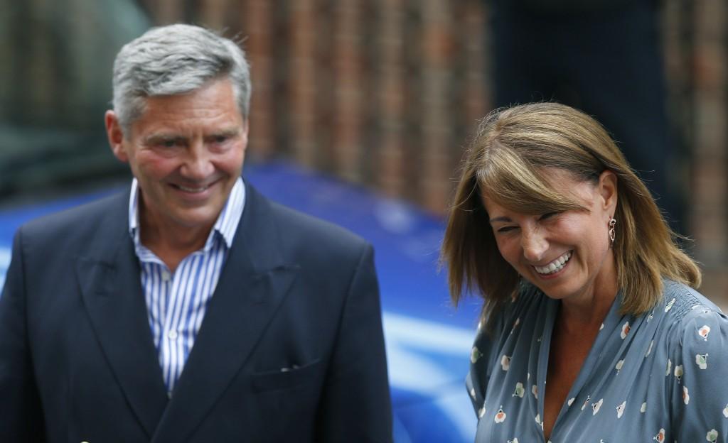 Michael en Carole Middleton, de ouders van de prinses, verlaten het ziekenhuis