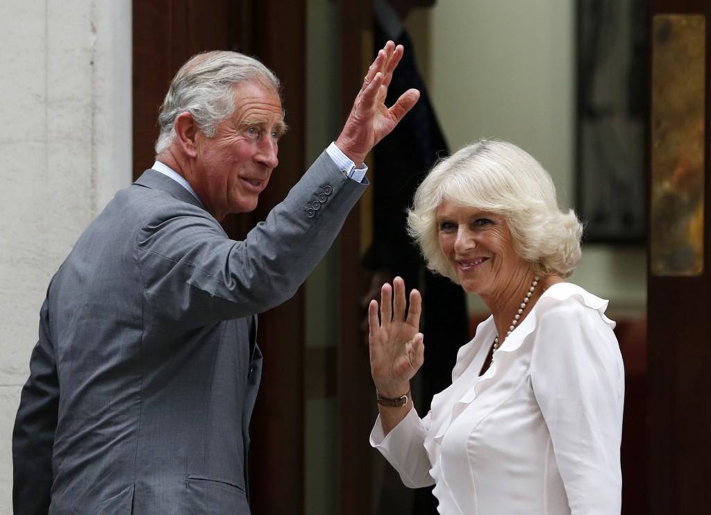 Prins Charles en zijn vrouw Camilla arriveren bij het ziekenhuis