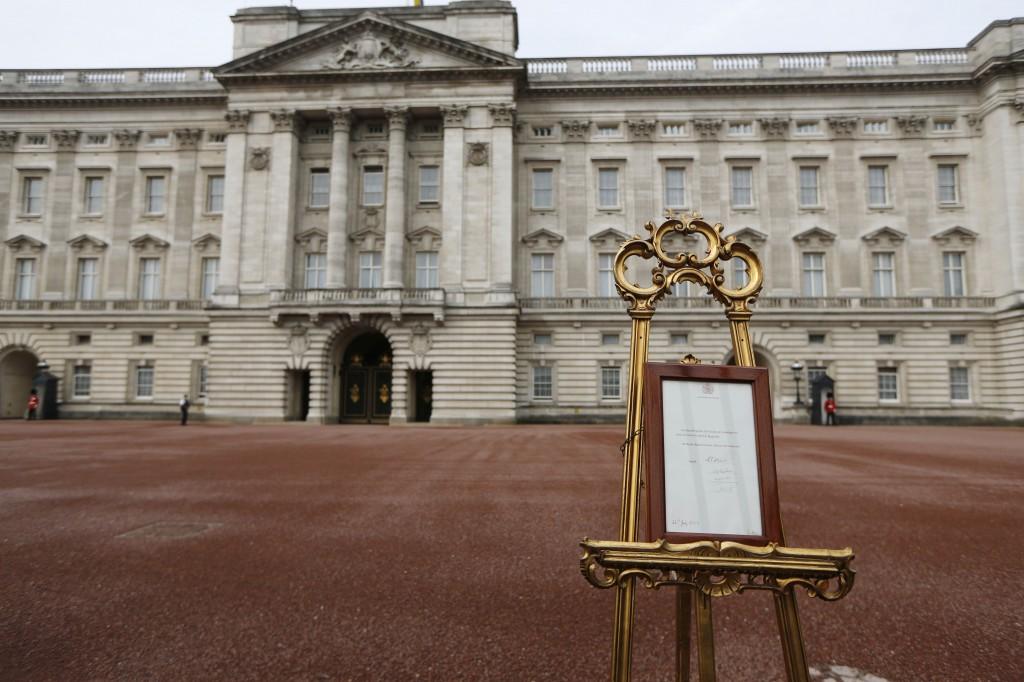 De aankondiging van de geboorte is te zien voor het publiek bij Buckingham Palace