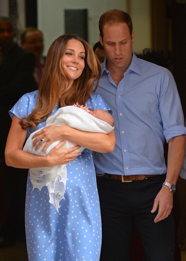 Prins William en vrouw Kate tonen het pasgeboren, nog naamloze prinsje buiten de Lando-vleugel van St. Mary's Hospital in Londen.