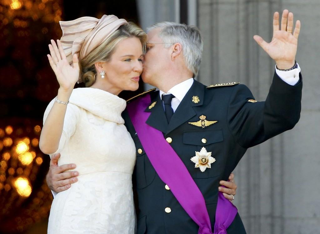 Filip geeft Mathilde tijdens de balkonscène een voorzichtige kus op haar wang.