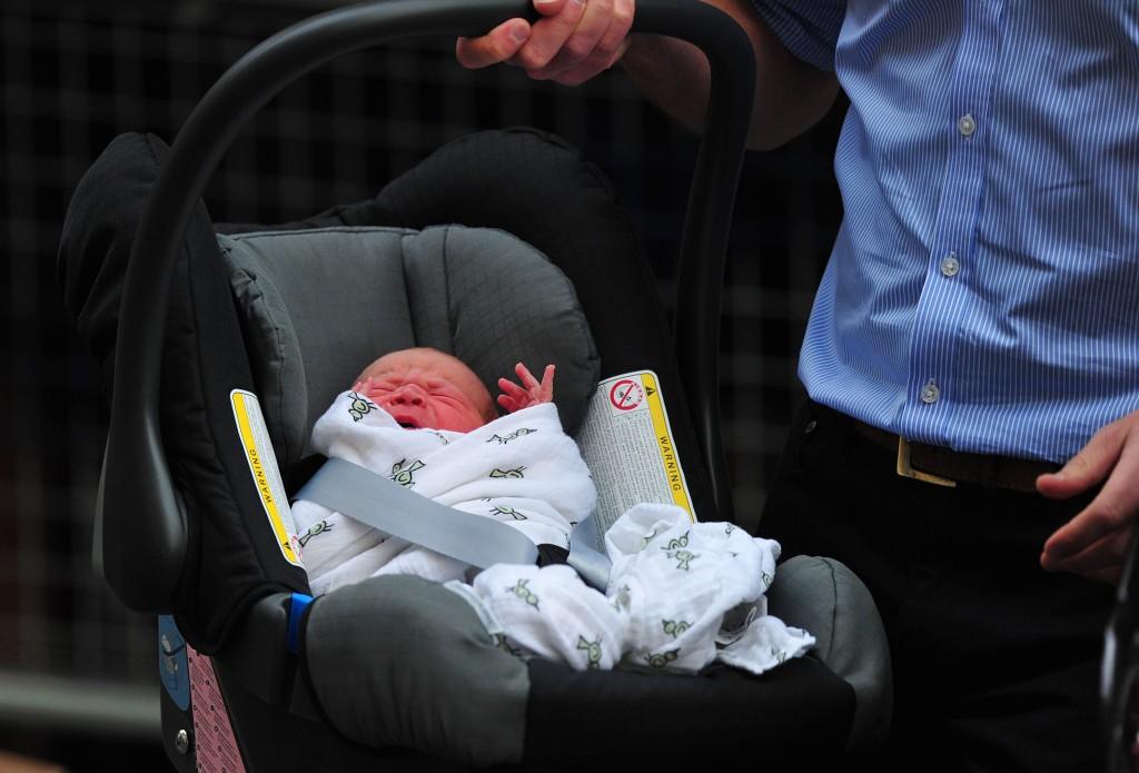Het naamloze prinsje is door vader William in een autozitje gezet