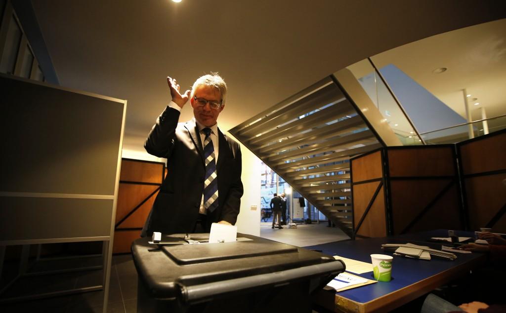 Ferd Crone, de burgemeester van Leeuwarden, brengt zijn stem uit in de hal van het Fries Museum.