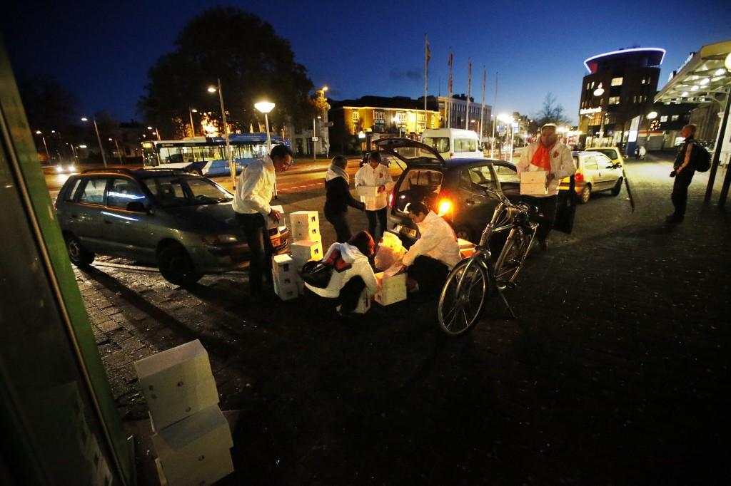 Medewerkers van de VVD voor een stembureau op het station in Leeuwarden vanochtend vroeg.