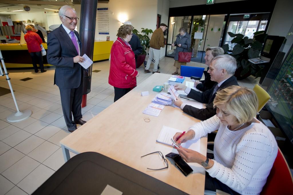 Burgemeester van Boskoop Coos Rijsdijk brengt voor het laatst zijn stem uit voor de gemeenteraadsverkiezingen.