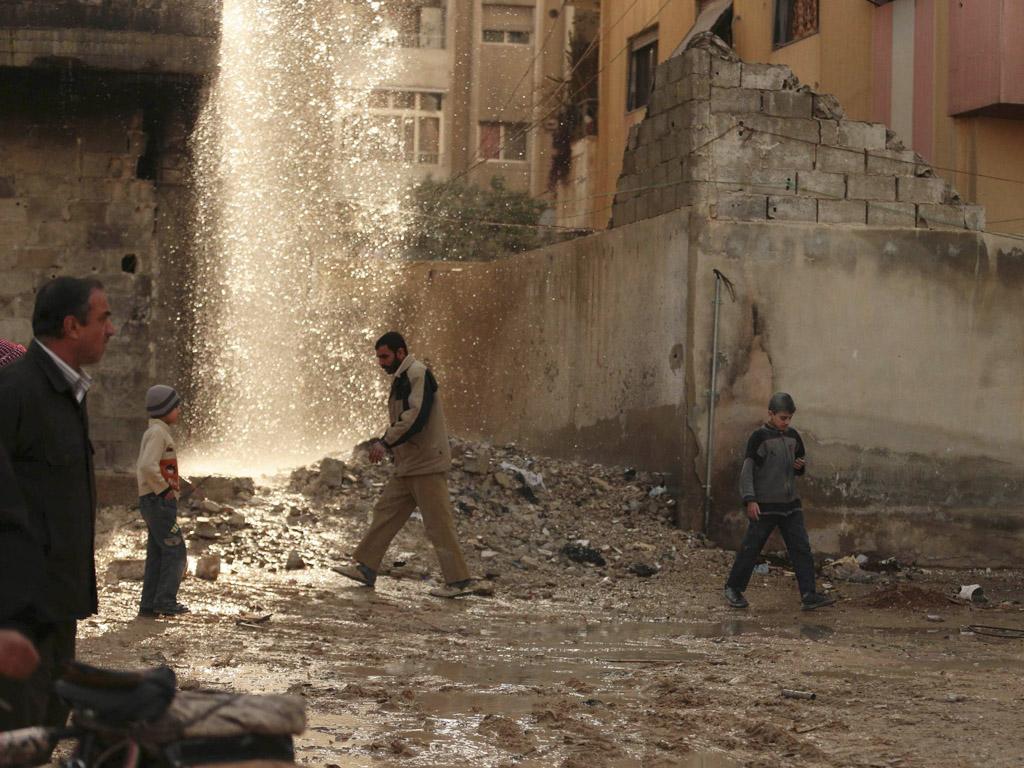 Mensen inspecteren het gebied waar de luchtaanval plaatsvond.