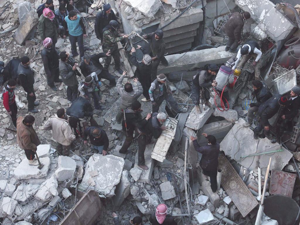 Mensen zoeken naar overlevenden onder het puin.
