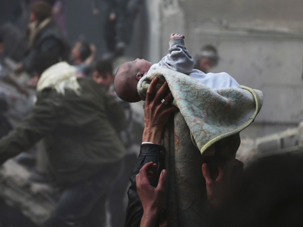Een baby is gered vanonder het puin in Damascus.